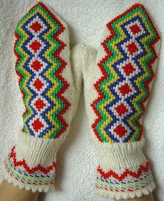 A traditional Sami/Finnish design embroidered on plain mitten. Ravelry: Lapin Lapaset pattern by Mary Olki Knitted Mittens Pattern, Knit Mittens, Mitten Gloves, Knitting Socks, Knitting Charts, Knitting Stitches, Embroidery Stitches, Knitting Patterns, Knitting Ideas
