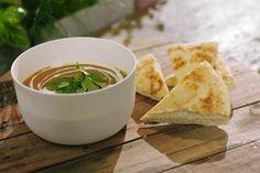 Een klassieke wortelsoep is lekker, maar het wordt nog beter als je er iets extra aan toevoegt. Deze keer gaan we de Oosterse toer op met Indische specerijen en dahl of linzen. Door de linzen mee te koken en dan te mixen, krijg je een dikke soep die goed vult. Serveer ze met warm brood voor een lunch met veel smaak.