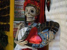 ¿Hay algo más tradicional que las artesanías? En México cada comunidad mantiene sus técnicas, formas e incluso materiales y colores a la hora de realizar sus productos. En Oaxaca, por ejemplo, no es raro toparse con un esqueleto en locales artesanales. Pero no hay de qué preocuparse, ¡son de plástico! http://www.bestday.com.mx/Oaxaca/Atracciones/