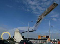 As pontes mais esquisitas do mundo: 2 - Slauerhoffbrug, Holanda: a engenharia moderna pode ser realmente criativa na hora de oferecer soluções práticas. Na cidade holandesa de Leeuwarden, sempre que um barco precisa passar por baixo da estrada, um gigantesco braço mecânico remove um pedaço do caminho e volta a recolocá-lo em seguida para que o tráfego possa continuar fluindo. Foto: Erik Tjallinks