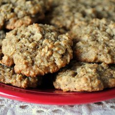 Prepara de manera sencilla y rápida unas deliciosas galletas caseras de avena y plátano con ingredientes naturales y saludables.