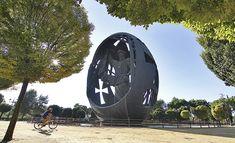 La #estatua más grande de #España está en #Sevilla. El conjunto monumental titulado 'El nacimiento del Hombre nuevo', es conocido popularmente con el nombre de 'El Huevo de Colón'.
