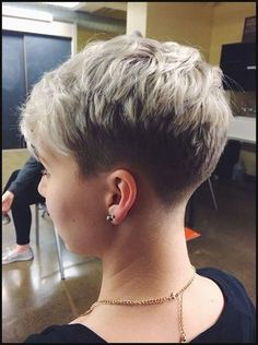 Coupe courte pour femme : 21 Stylish Pixie Haircuts: Short Hairstyles for Girls and Women PoPular Haircuts Girl Short Hair, Short Hair Cuts For Women, Short Hairstyles For Women, Edgy Short Hair, Super Short Hair, Edgy Hair, Everyday Hairstyles, Trendy Hair, Short Cuts