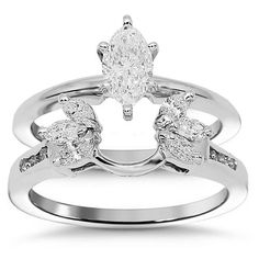 this elegant diamond bridal ring set is handcrafted in 14k white gold the solitaire engagement