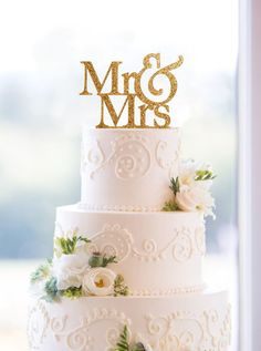 La tarta en color blanco con detalles en dorado será una buena y dulce elección