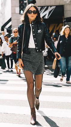 Street style look com jaqueta e saia.
