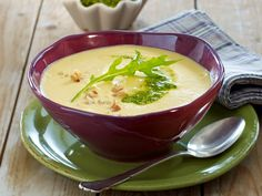 Steckrüben-Kartoffel-Suppe mit Walnusspesto