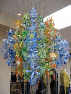 I am a fan of Dale Chihuly the Master Glass Artist - this is a cool idea using plastic bottles. (LA DOLFINA: Dale Chihuly at Anthropologie? Plastic Bottle Flowers, Plastic Bottle Crafts, Plastic Bottles, Blown Glass Chandelier, Bottle Chandelier, Trash Art, Dale Chihuly, Collaborative Art, Stained Glass Art