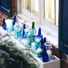 Christmas Ideas 2012 Color Turquesa, Color Azul, Bottles And Jars, Glass Jars, Winter Window Boxes, Window Dressings, Blue Bottle, Blue Christmas, Outdoor Christmas