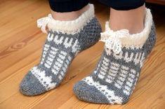Jouluna katsoessa Palmu-elokuvia telkkarista syntyi samalla kokeiluna nämä tossut. Yhdistelin näihin vähän erilaisia kirjoneuleita peräkk... Knitted Slippers, Crochet Slippers, Knit Crochet, Knitting Socks, Hand Knitting, Woolen Socks, Cozy Socks, Shoe Pattern, Stocking Tights