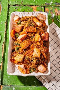 Ázsiai pirított quinoa lazaccal recept | Street Kitchen Quinoa, Green Kitchen, Chicken Wings, Brunch, Cooking Recipes, Fish, Meat, Street, Lasagna