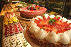 Eat exquisite desserts to your heart's content! Yes, you saw it right. This is the story behind Salon de Sweets, a shop at Tokyo Skytree, where you can eat cakes, jelly, toppings, delicatessen dishes, pasta and salad, all that you want!