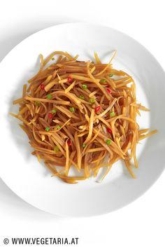"""Suān là auf chinesisch bedeutet """"heiss und sauer"""", aber diese knackigen Kartoffelstreifen sind weitaus mehr als bloss """"heiss und sauer"""", sie sind nämlich einfach extrem lecker (und schnell zubereitet) ! Japchae, Ethnic Recipes, Food, Chinese, Vegetarian Recipes, Simple, Essen, Meals, Yemek"""