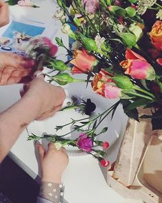 Making crowns with flowers from @bloomon.de at the book launch of 'Mama Styleguide' #mamastyleguide #bloomon #flowers #booklaunch #boldberlin #mummymag #herzundblut