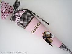 Eine hübsche Schultüte aus Baumwollstoffen in rosa und braun. Sie ist mit einem niedlichen Pferd bestickt und mit verschiedenen Bändern verziert. Auf Wunsch sticke ich gerne kostenlos den Namen des... Sewing For Kids, Etsy, 3d, Cute Horses, Back To School, Entering School, Sachets, School, Gifts