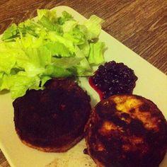Soulfood LowCarberia: LowCarb Camembert mit Preiselbeeren und Salat