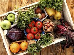 Todas sabemos que tanto la fruta como la verdura tienen un punto exacto de maduración en el que deben ser consumidas para disfrutar al máximo de su sabor y nutrientes.Lo que no todas sabemos es cómo elegir en el súper las que estén listas para consumirse, o las que podemos guardar en el refrigerador una semana sin que se descompongan.Las abuelitas y las chefs tienen un montón de trucos con cada fruta y cada verdura para conocer su nivel de madurez y con esta guía te convertirás en un…