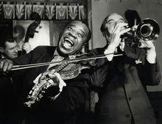 Louis Armstrong på Ullevålseter 1959 Armstrong og Maurstad har byttet instrumenter Gradvis stiger imidlertid stemningen og Maurstad klarer visstnok etter hvert å få frem matsignalet. Foto: Tore Fredenlund