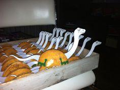 Dino eierkoek traktatie / uitdeel Benodigdheden: 1 eierkoek - Plaatje van een dino in de juiste maat - Chocopasta om de 2 koekhelften aan elkaar te plakken - Glazuurstift om de poten er op te tekenen