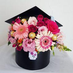 Graduation Flowers, Diy Graduation Gifts, Graduation Party Centerpieces, Grad Party Decorations, Graduation Party Planning, Graduation Cap Decoration, Flower Box Gift, Flower Boxes, Creative Gift Wrapping