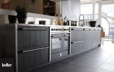 Black is back! Ook in de keuken. Deze Keller keuken is stoer en landelijk door de gegroefde keukenfronten. De brede handgrepen versterken het robuuste karakter. Bovendien past de kleur van het Steel inductiefornuis perfect bij het keukenmodel Wildenborch in de kleur basalt. Deze Keller keuken in het echt zien? Dat kan bij #keukenstudiomaassluis #zwartekeukens #houtenkeukens #keukens #landelijk #kellerkeukens #keukendesign