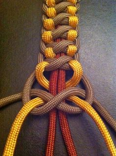 Different take on a square knot. 3 colors in this, you could choose the colors. This looks like paracord. Paracord bracelets, paracord zipper pulls on coats, purses, etc.take on a square knot- paracord is good for practicing Chinese knots if you neve Paracord Bracelet Instructions, Paracord Knots, Rope Knots, Macrame Knots, Paracord Bracelets, Swiss Paracord, Paracord Tutorial, Paracord Braids, Survival Bracelets