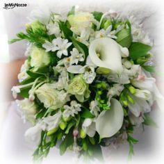http://www.lemienozze.it/gallerie/foto-bouquet-sposa/img31713.html Bouquet sposa romantico con calle e fiorellini