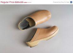 Precies zoals mijn oma altijd droeg.  1970s clogs / 70s tan leather clogs / Sandpiper shoes