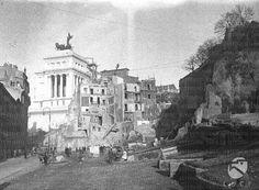 Lavori di Isolamento del Campidoglio Le demolizioni delle case su Via Tor de' Specchi; sullo sfondo il Vittoriano 19.12.1929