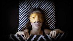 Herzliche Grüße aus dem Museumsshop: Schlafmasken mit Motiven großer Meisterwerke  Kürzlich hat das Rijksmuseum in Amsterdam dazu aufgerufen, die dort ausgestellten Meisterwerke auf eigene Weise künstlerisch umzusetzen. Bis zum 1...