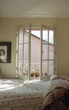 Regola numero 1: abbassare la temperatura e ossigenare la stanza.   Se la finestra della camera da letto è troppo piccola prova a posizionare durante il giorno alcune piante, contribuiranno ad aumentare l'ossigeno!