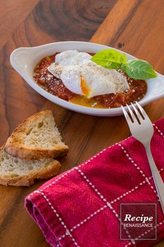 Brunch or weekend breakfast idea: Quick tomato, onion and smoked paprika sauce with poached eggs. Paprika Sauce, Cooking For One, Smoked Paprika, Breakfast Dishes, Poached Eggs, Onion, Brunch, Vegetarian, Recipes