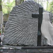 Резной памятник с крестом и полотенцем, установлен на городском кладбище Берковцы в Киеве. Заказать памятник можно в офисе ЧП Прядко в Киеве.