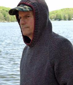 Skøn hverdagssweater, som mænd vil elske at bo i!  (Kvinder kan også bruge den.) Strikket ovenfra med raglanærmer i ret tyk uld. Garnet fås nok ikke i DK, men kan erstattes. Pind 6½.