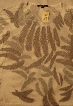 Camiseta estampada de pena com etiqueta ainda , nunca usada .material:59% rayon e 50% poliester
