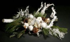 Kerststuk wit natuurlijke materialen creatief ontwerp.