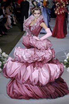I love the colors, I love Dior, but SERIOUSLY, this looks like a bunch of stacked throw pillows! Christian Dior Haute Couture F/W 2007 (BB) Dior Fashion, Fashion Mode, Fashion Week, Runway Fashion, Fashion Show, Fashion Design, Dior Haute Couture, Christian Dior, Galliano Dior