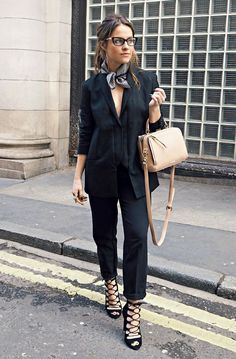 For can't be bothered days, coffee dates, work outfits and everything in between. We have a guide on ways to look like you have really made an effort with your outfit, when you really haven't. How To Wear Bandana, Bandana Outfit, Style Désinvolte Chic, Look Chic, Work Fashion, Fashion Outfits, Womens Fashion, Fashion 2017, Fashion Story