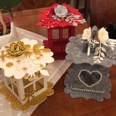 Faroles en fieltro - Dale Detalles Christmas Lanterns, Christmas Ornament Crafts, Christmas Centerpieces, Christmas Crafts For Kids, Felt Ornaments, Felt Christmas, Homemade Christmas, Christmas Decorations, Wood Pallet Crafts