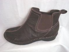CLARKS LEATHER WOMAN'S BOOTS Size 7M Brown Close-Fitting Ankle-High Low Heels #Clarks #Chelsea
