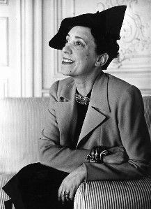Elsa Schiaparelli, the Surrealist of Fashion in She wears the famous shoe hat designed by Salvator Dalì. Elsa Schiaparelli, Alberto Giacometti, Italian Fashion Designers, Hollywood Icons, Salvador Dali, Italian Style, Fashion Over, Coco Chanel, Style Icons