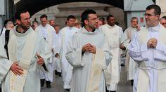El 25 de junio de 2016 seis sacerdotes fueron ordenados en la Arquidiócesis de Indianápolis en Estados Unidos. Con poco más de un año de ministerio, estos hombres comparten diversas experiencias en este tiempo en el que han podido servir muy de cerca a Dios y al prójimo.