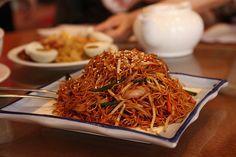Recette Nouilles chinoises sautées aux légumes et au porc Pork Recipes, Veggie Recipes, Asian Recipes, Vegetarian Recipes, Snack Recipes, Cooking Recipes, Ethnic Recipes, China Food, Food Tags