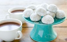 Mexican Tea Cookies // Everyone loves these tender, crumbly cookies. The recipe is simple to follow and they make a great holiday gift!