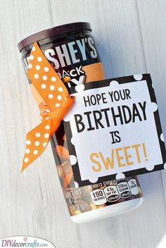 Sweet Birthday Gifts These punny candy bar sayings make a cute and simple birthday gift for friends! Add a cute printable tag to a candy bar or fill a box with candy bars full of sayings, no matter how you do this, it's a fun candy birthday gift idea! Creative Birthday Gifts, Birthday Tags, Birthday Gifts For Girlfriend, Friend Birthday Gifts, Birthday Gifts For Women, Birthday Candy, Birthday Ideas, Boyfriend Birthday, Birthday Diy