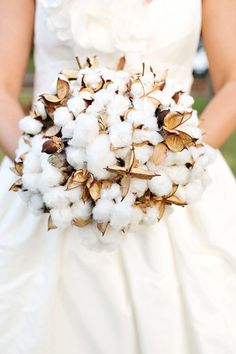 raw cotton ball bouquet - Perez Photography #nonfloralbouquets #winterweddings