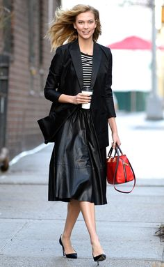 Karlie Kloss oozes classic glamour in stunning black gown - Shoes Models 2019 Celebrity Style Inspiration, Mode Inspiration, Celeb Style, Ny Style, Style Ideas, Karlie Kloss Street Style, Black Leather Skirts, Inspirational Celebrities, Dark Fashion