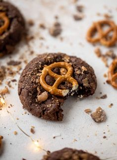 These chocolate toffee pretzel cookies are divine! They are a chewy chocolate cookie covered in toffee and topped with a salted pretzel. Pretzel Cookies, Toffee Cookies, Yummy Cookies, Salted Pretzel, Chocolate Crinkle Cookies, Chocolate Crinkles, Chocolate Toffee, Delicious Cookie Recipes, Easy Cookie Recipes