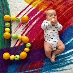 Funny Baby Photos, Monthly Baby Photos, Cute Baby Pictures, Book Bebe, Baby Life Hacks, Baby Olivia, Baby Boy Scrapbook, Foto Baby, Baby Poses