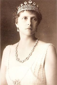 Princess Alice of Battenburg tiara--broken up and used to make other jewels for Princess Elizabeth when she married Prince Phillip. Believed to make up the Battenburg Button or Daisy Tiara.